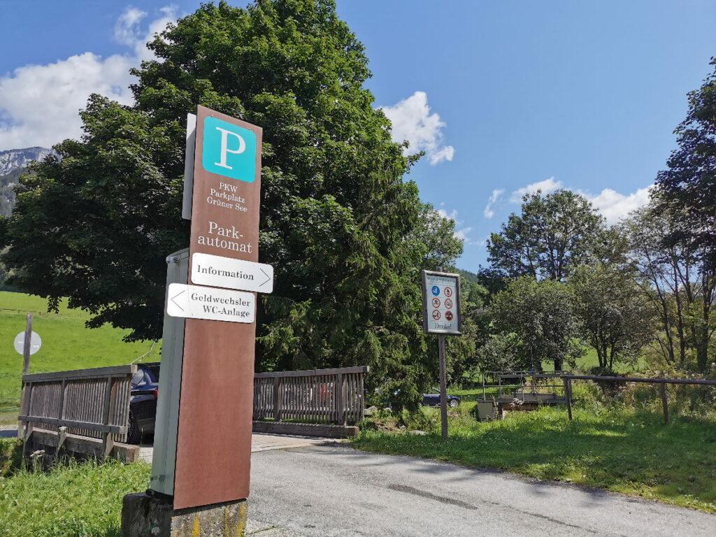 Die Einfahrt in den Parkplatz am Grünen See