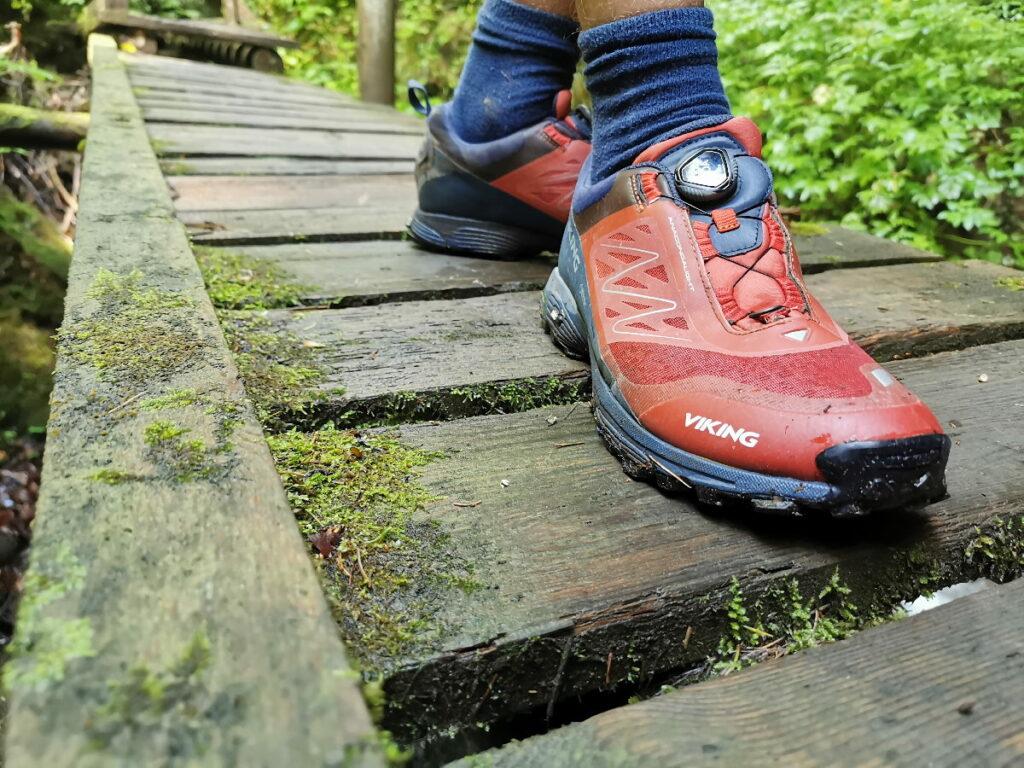 Hier brauchst du echt gute Wanderschuhe mit rutschfester Sohle - das nasse Holz ist glatt!